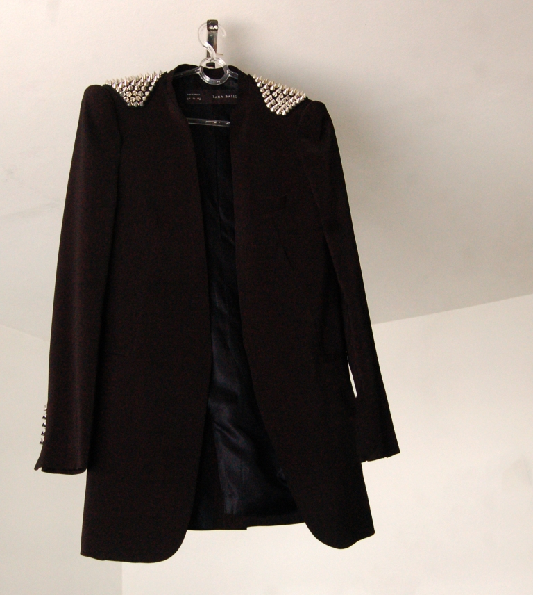 Casaco com spikes (Spiked shoulder coat), Zara